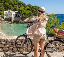 Frau fährt Fahrrad auf Mallorca